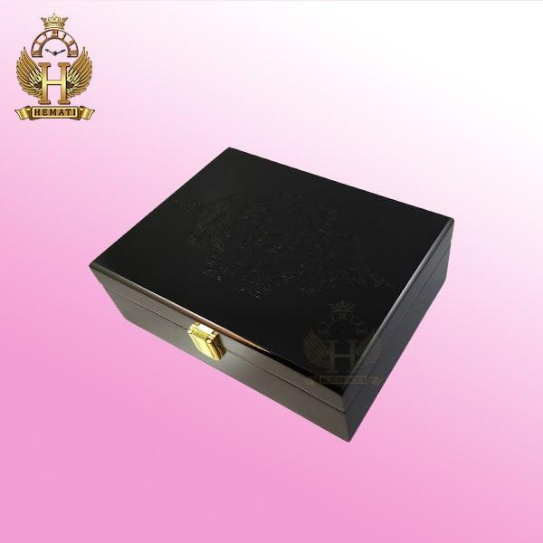 جعبه ساعت لوکس کلکسیونی جنس چوب به رنگ مشکی درب کامل چوب ، روی درب طرح حکاکی شده box6200